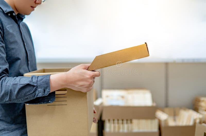 Tampa de abertura da caixa de cartão do homem asiático fotografia de stock