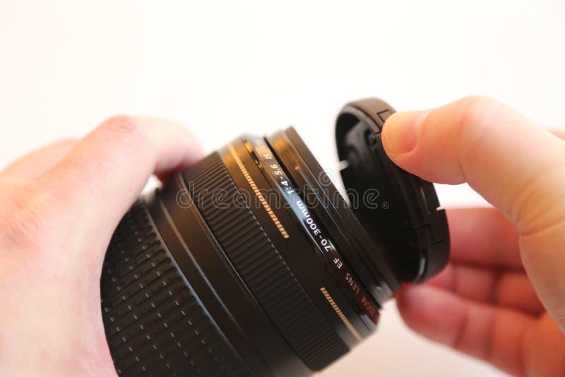 Tampa de lente movente da mão foto de stock