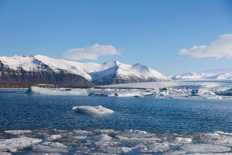 Tampa de neve da estação do inverno de Islândia com montanha do vulcão fotos de stock