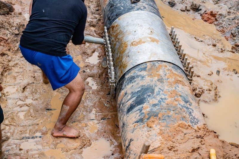 Tampa do alumínio de molde do fechamento do trabalhador & de água plástica quebrada, 600 milímetros do PVC tubulação faixa do diâ fotografia de stock royalty free