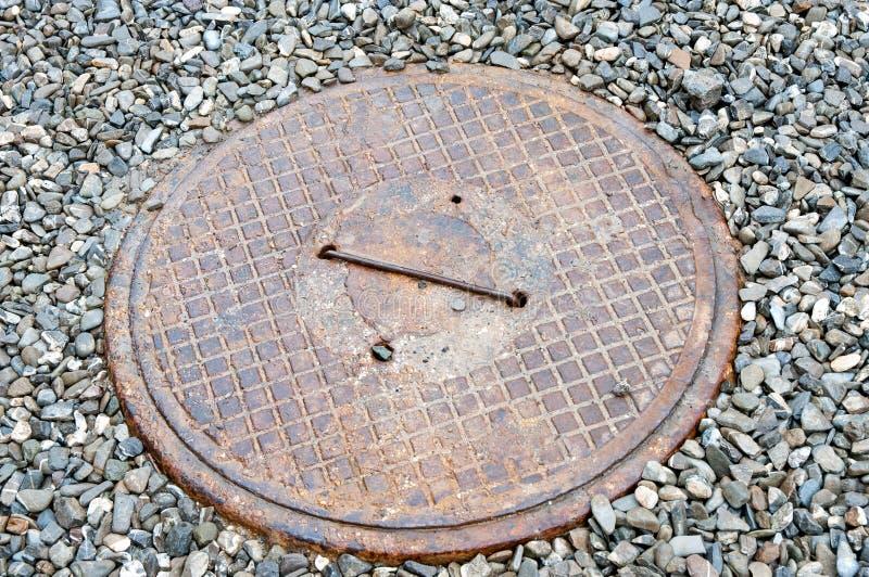 Tampa do metal do eixo residencial da água de esgoto da casa imagem de stock royalty free