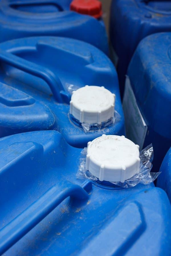 Tampa do plástico químico azul fotos de stock royalty free