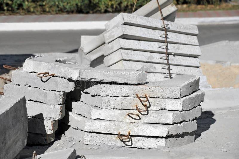 Tampa e meio-fio concretos do poço imagens de stock