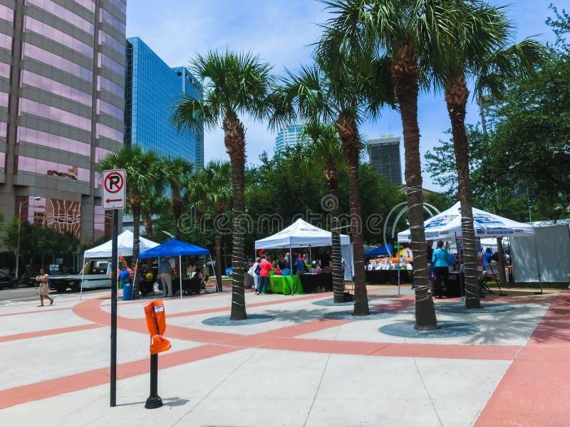 Tampa Florida, Förenta staterna - Maj 10, 2018: Folk som går till och med Joe Chillura Courthouse Square, metallisk kupol arkivbild