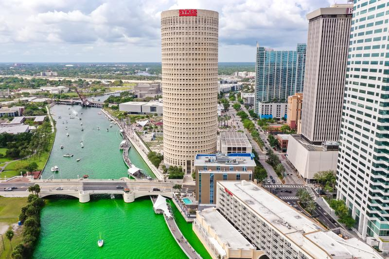 Tampa, Florida Green River an St Patrick Tag stockfotos