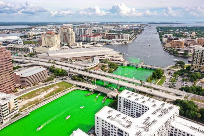 Tampa, Florida Green River an St Patrick Tag stockbilder