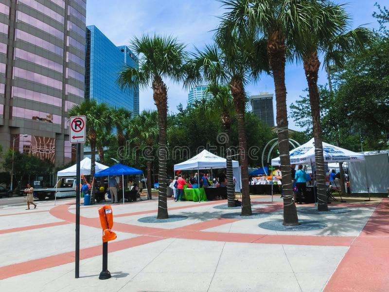 Tampa, Florida, Vereinigte Staaten - 10. Mai 2018: Leute, die durch Joe Chillura Courthouse Square, metallische Haube gehen stockfotografie