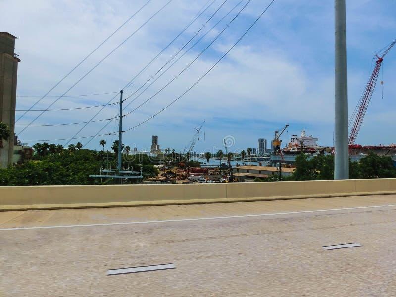 Tampa, la Floride, Etats-Unis - 10 mai 2018 : La rue et les voitures au centre ville de Tampa, la Floride, Etats-Unis photographie stock libre de droits
