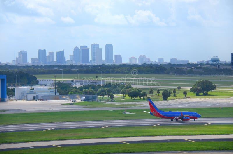 Tampa linia horyzontu z samolotem przy Tampa Int'l Lotniskiem fotografia royalty free