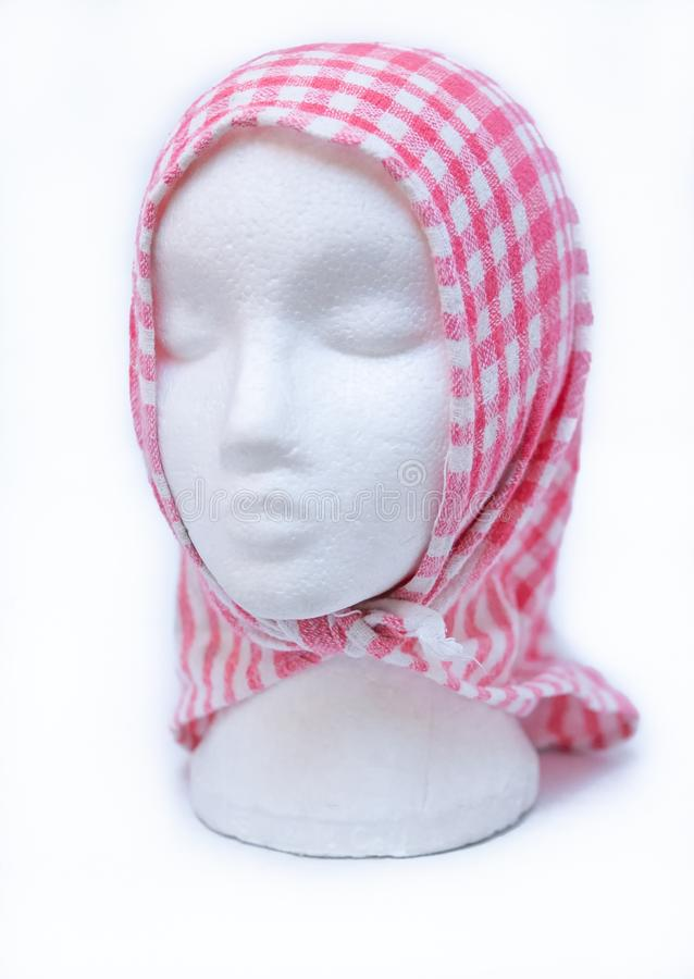 Tampa modelo principal do manequim fêmea da espuma com a toalha de chá no fundo branco foto de stock royalty free