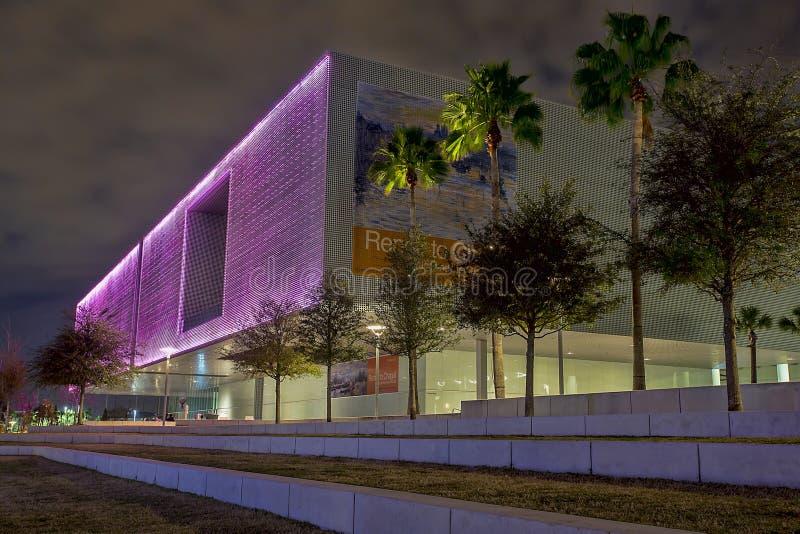 Tampa muzeum sztuki Zaświecający W menchiach fotografia royalty free