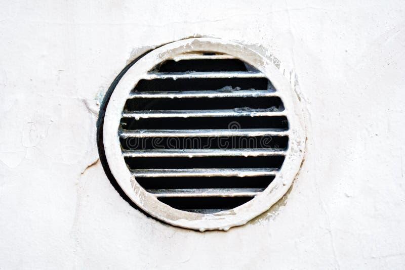 Tampa redonda industrial do respiradouro do metal Oxidação e quadro redondo velho sujo da ventilação fotos de stock royalty free
