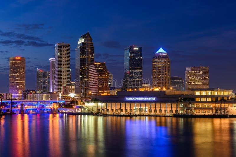 Tampa-Skyline an der blauen Stunde lizenzfreie stockbilder