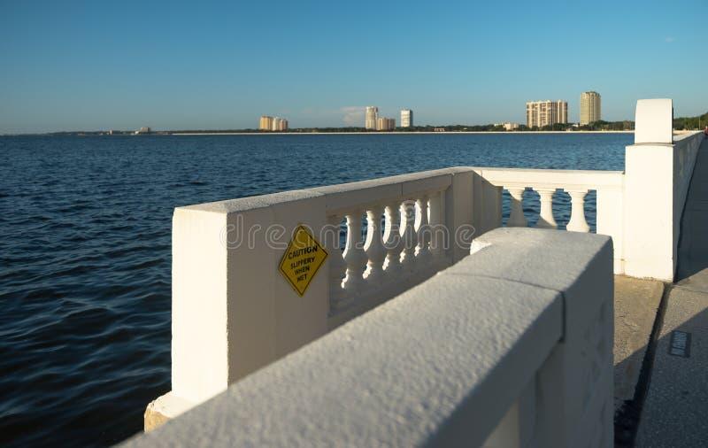 Tampa-Uferdamm mit der Treppe, die führt, um zu wässern stockfotografie