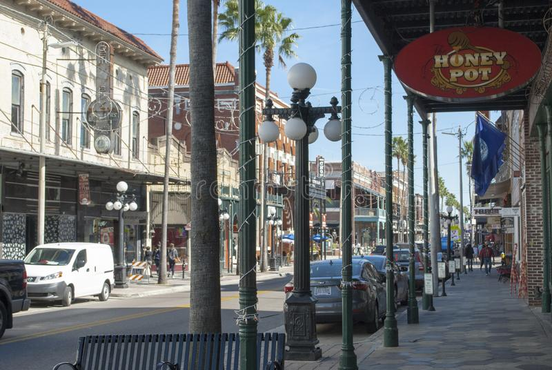 Tampa, Ybor miasta sławna 7th ulica z sklepami, restauracje, samochody, ludzie chodzić fotografia stock