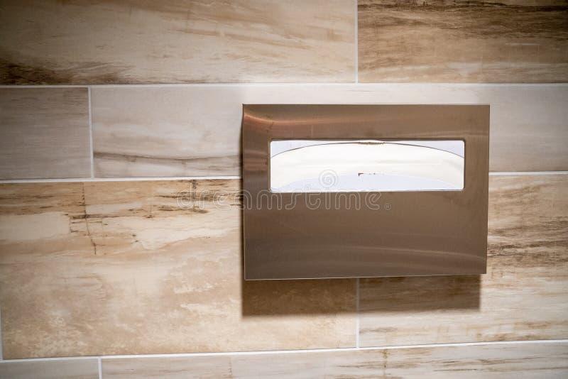 Tampas de assento da sanita de papel para a higiene em um toalete público fotos de stock royalty free