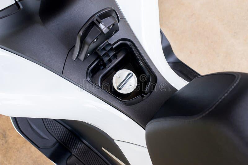 Tampe o tanque do óleo ou de gasolina da tampa em uma motocicleta moderna foto de stock