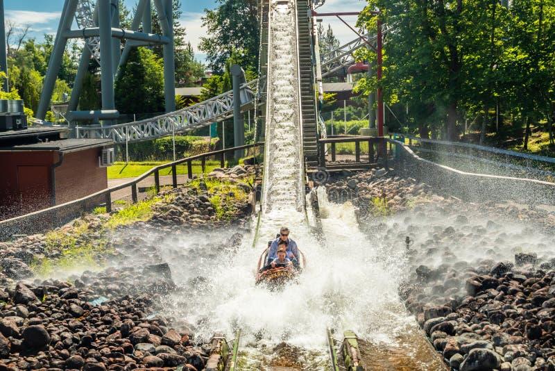 Tampere, Finland - 24 Juni 2019: De rivier van het de ritlogboek van het pretwater in pretpark Sarkanniemi bij de zomer royalty-vrije stock afbeeldingen