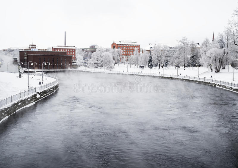 TAMPERE, FINLANDE - JANVIER 2016 Jour d'hiver froid à côté de Tammerkoski La température étaient en-dessous de -20 degrés photos stock