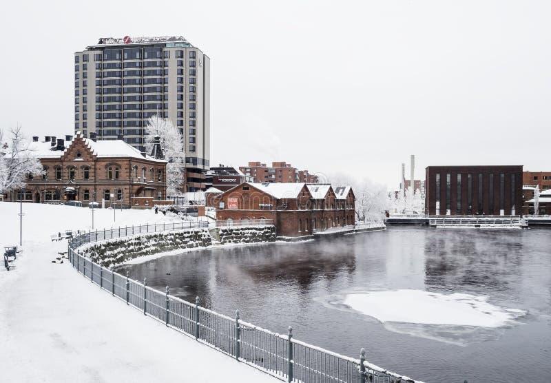 TAMPERE, FINLANDE - JANVIER 2016 Le jour d'hiver froid à côté de la rivière a appelé Tammerkoski images stock