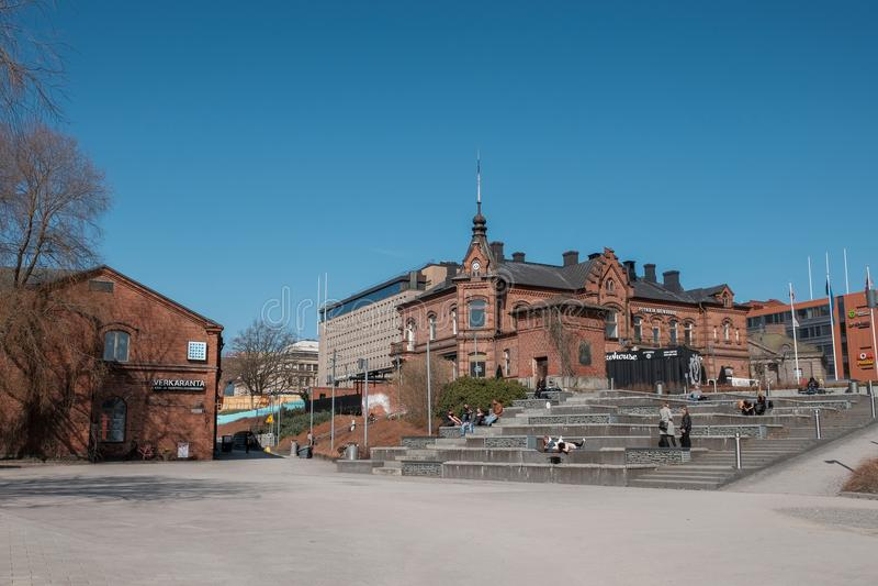 Tampere, Finlandia, giovani che hanno un resto sull'argine di Tampere fotografia stock libera da diritti