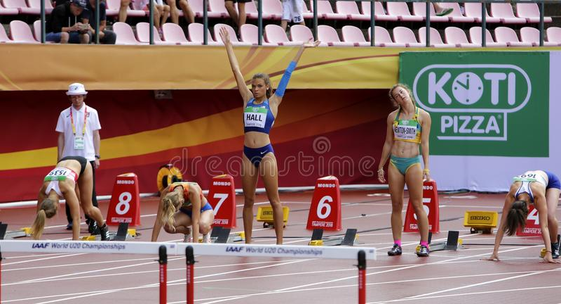 TAMPERE, FINLANDIA, Lipiec 12: ANNA HALL usa, amerykańska zawody atletyczni atleta NEWTON-SMITH od Australia na heptathlon i CAMR fotografia royalty free