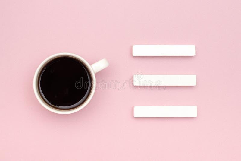tamplate的空的三个空白的木立方体日历嘲笑您的历日和杯子的无奶咖啡创造性的顶视图平的位置 免版税库存照片