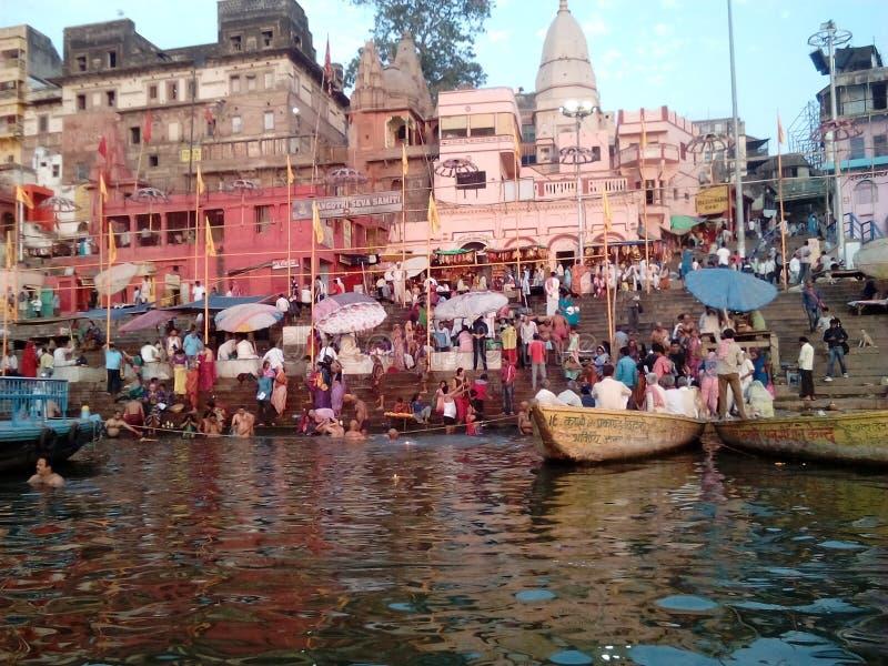 Tample в банке Ganga стоковые фотографии rf