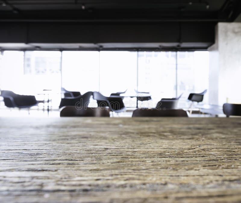 Tampo da mesa com fundo borrado do interior da entrada do espaço de escritórios foto de stock