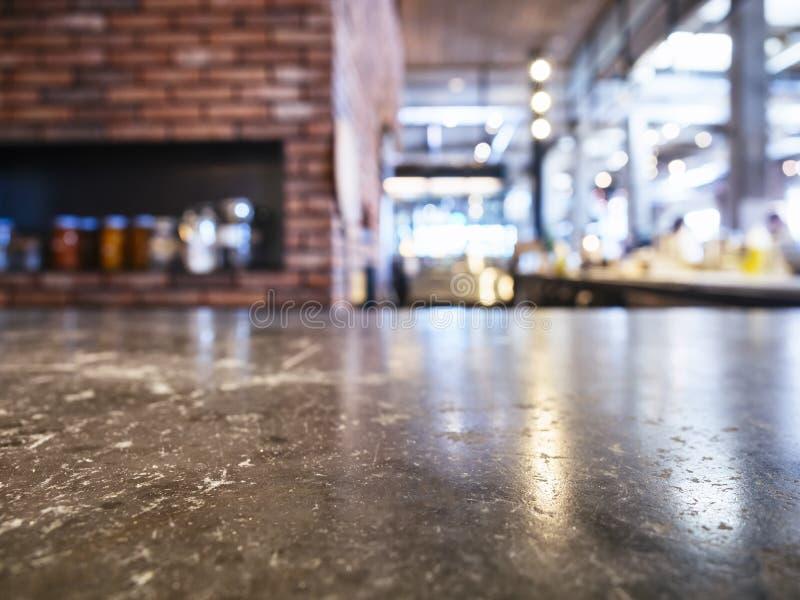 Tampo da mesa com fundo do restaurante da pizza do forno do tijolo imagem de stock royalty free