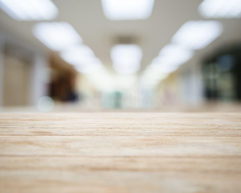 Tampo da mesa com interior borrado do espaço de escritórios imagem de stock