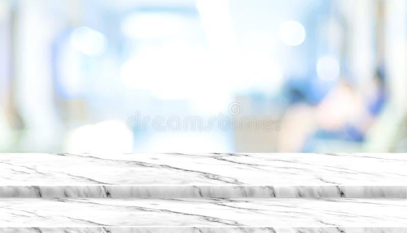 Tampo da mesa de mármore branco da etapa vazia com o paciente do borrão que espera foto de stock
