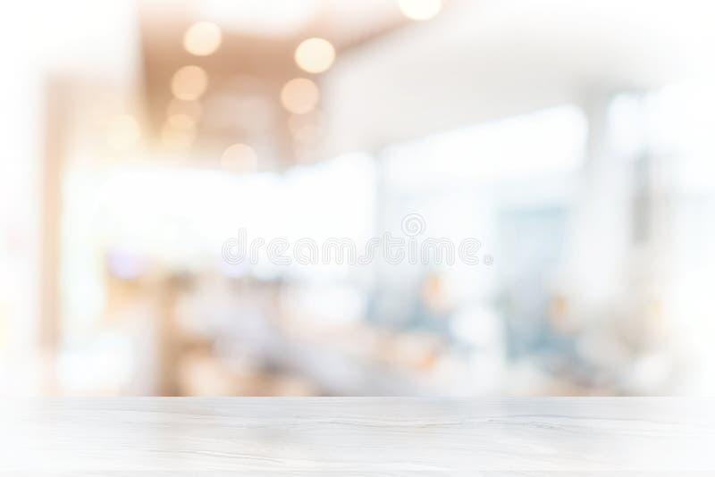 Tampo da mesa de mármore branco na cafetaria do borrão imagem de stock royalty free
