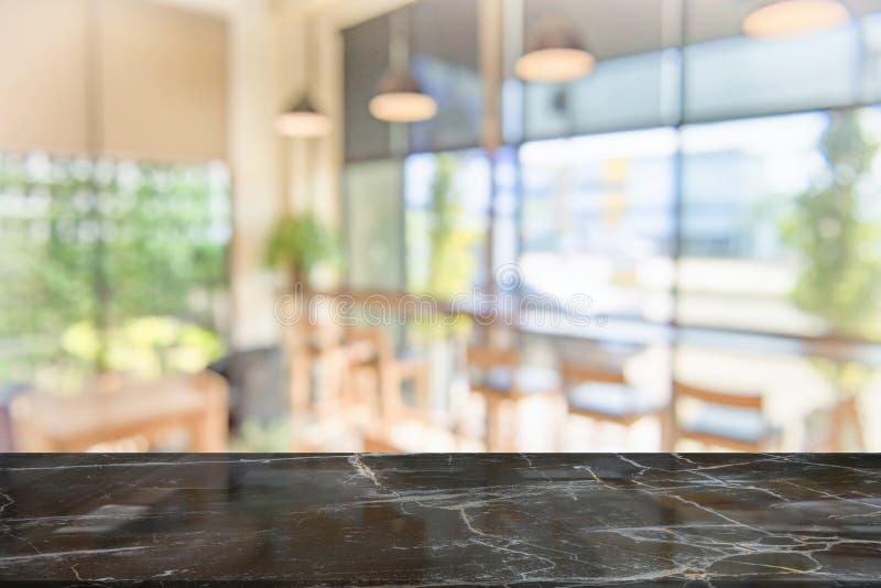 Tampo da mesa de mármore preto na cafetaria do borrão foto de stock