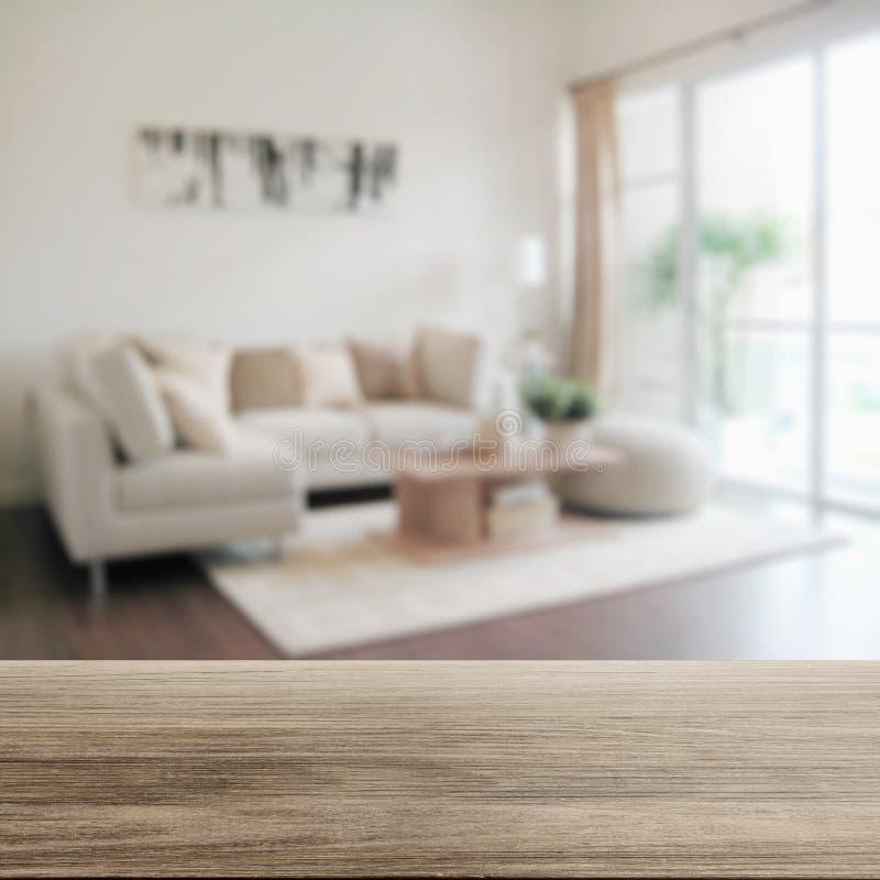 Tampo da mesa de madeira com borrão do interior moderno da sala de visitas fotos de stock royalty free