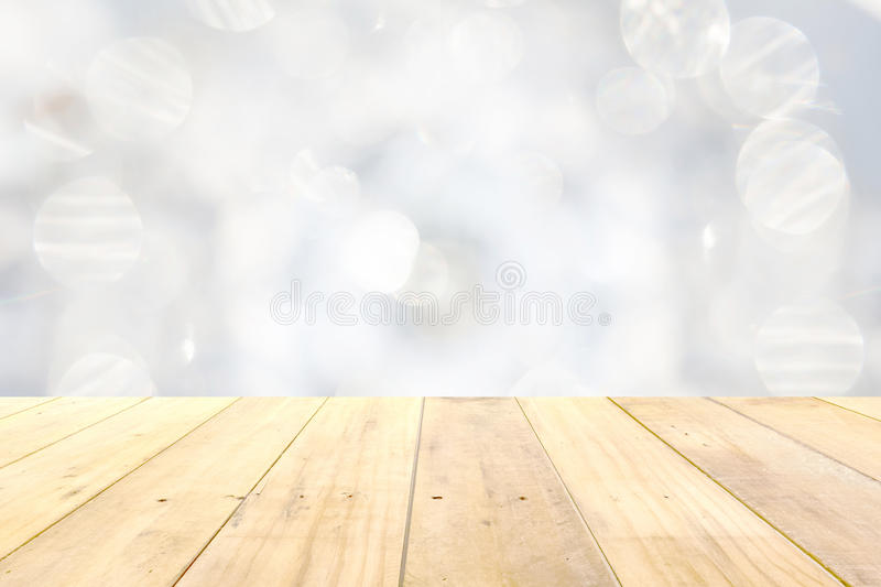 Tampo da mesa de madeira do painel no backgroun branco borrado do sumário do bokeh fotografia de stock royalty free