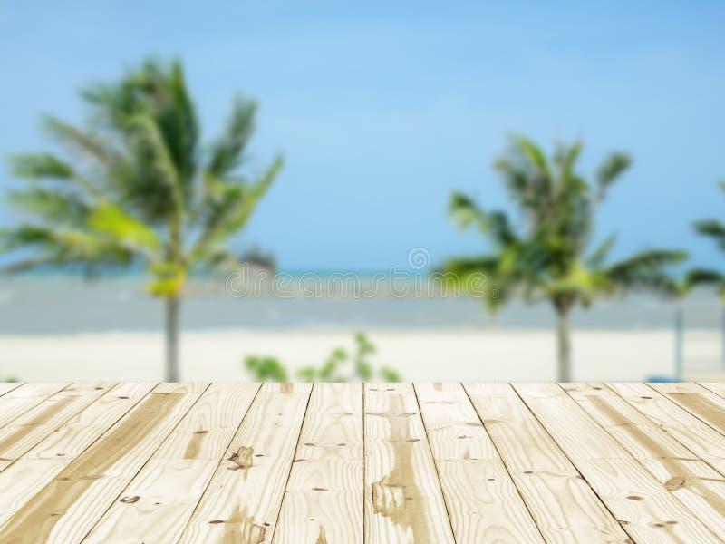 Tampo da mesa de madeira em fundos obscuros da praia do mar imagem de stock