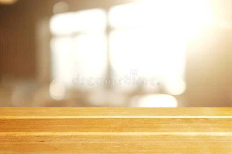 Tampo da mesa de madeira fundo da janela do lofe do borrão no grande, bandeira panorâmico fotos de stock