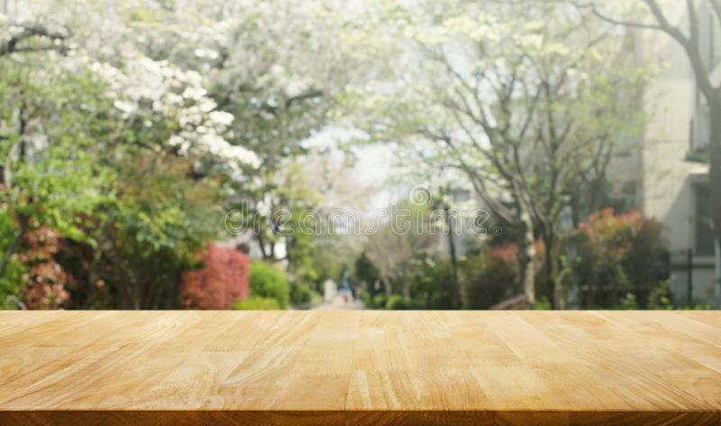 Tampo da mesa de madeira na flor de sakura do borrão no fundo do jardim nave fotos de stock royalty free