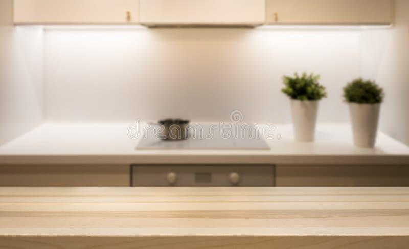 Tampo da mesa de madeira na ilha de cozinha no interior simples moderno da casa foto de stock