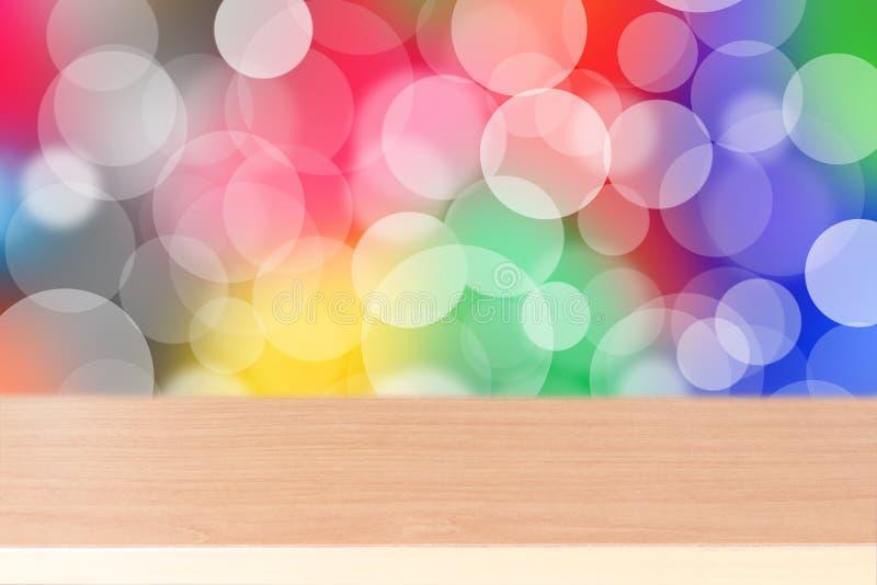 Tampo da mesa de madeira no fundo colorido com luzes defocused imagem de stock royalty free