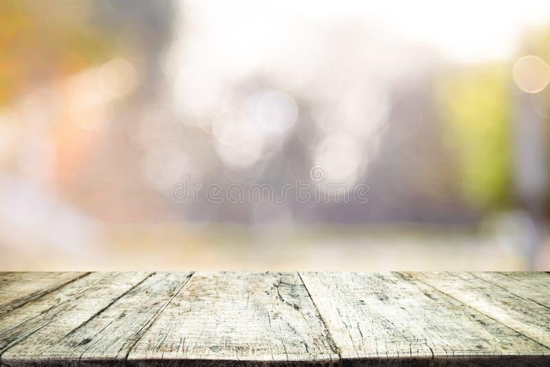 Tampo da mesa de madeira no fundo do sumário do bokeh fotos de stock