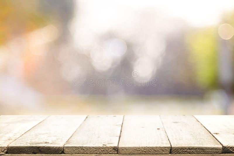 Tampo da mesa de madeira no fundo do sumário do bokeh imagem de stock royalty free