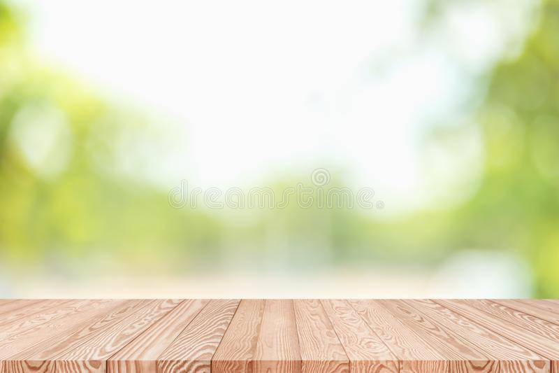 Tampo da mesa de madeira no fundo do sumário do verde do borrão da natureza fotografia de stock