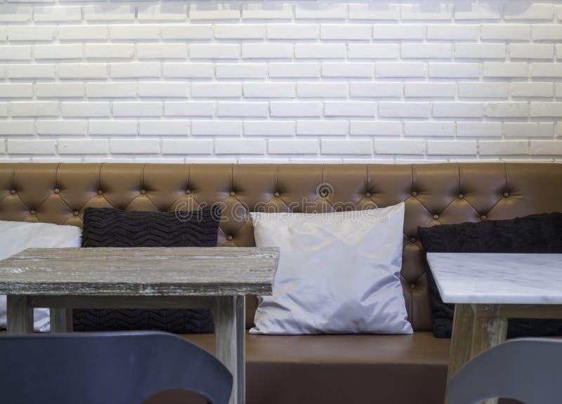 Tampo da mesa de madeira no interior da cafetaria imagem de stock royalty free