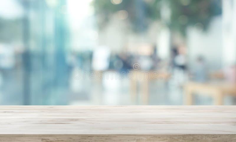 Tampo da mesa de madeira no vidro de janela do borr?o, fundo da parede com opini?o da cidade Para a exposi??o do produto da monta fotografia de stock royalty free