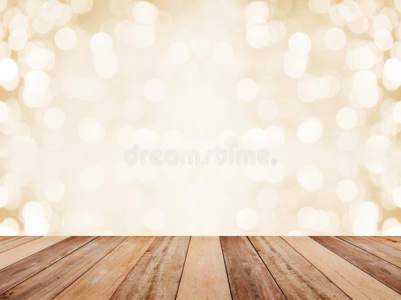 Tampo da mesa de madeira sobre o fundo dourado abstrato com bokeh branco por feriados do Natal e do ano novo Estilo da montagem p fotografia de stock