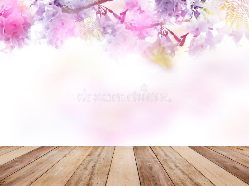 Tampo da mesa de madeira sobre o fundo floral abstrato imagem de stock