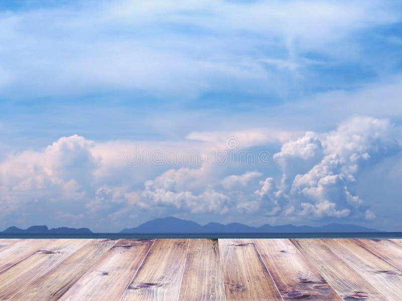 Tampo da mesa de madeira sobre a praia do verão e o céu azul foto de stock