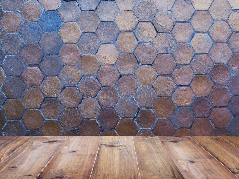 Tampo da mesa de madeira sobre telhas da parede da argila do hexágono foto de stock